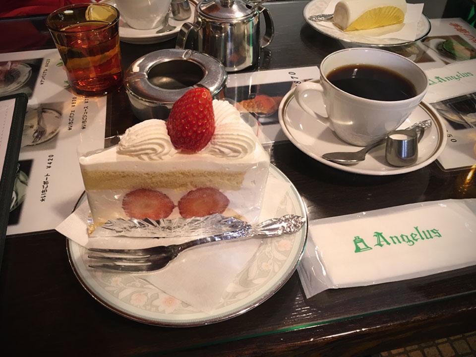 取材の後は、もちろんコーヒーやケーキ、名物のお菓子「アンヂェラス」も頂いて、幸せなひと時を過ごしました。 この雰囲気を、ゲームの中でどう表現できるのか? それはまた別の話ですが……が、がんばろう。