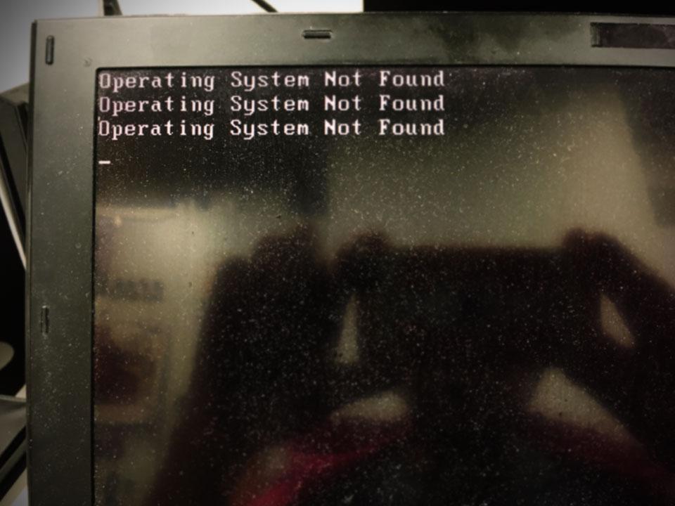 銭湯から帰ってくるとたまにPCがこんなことに。 OSが無いって!? これにはマジで泣きます…… 画面が汚いからか? 掃除しよう。